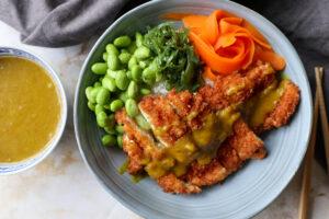 Poké bowl kip katsu met curry