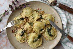 Ravioli met spinazie en salie botersaus