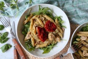 Romige kip pesto met Penne en zongedroogde tomaatjes