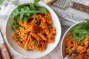 Fusilli in tomatensaus met kipbraadworst